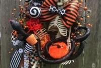 Splendid Wreath Designs Ideas For Front Door To Welcome Halloween 28
