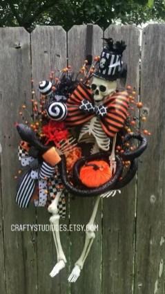 Splendid Wreath Designs Ideas For Front Door To Welcome Halloween 28
