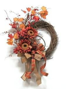 Splendid Wreath Designs Ideas For Front Door To Welcome Halloween 35