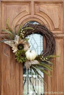 Splendid Wreath Designs Ideas For Front Door To Welcome Halloween 36