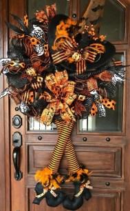 Splendid Wreath Designs Ideas For Front Door To Welcome Halloween 37