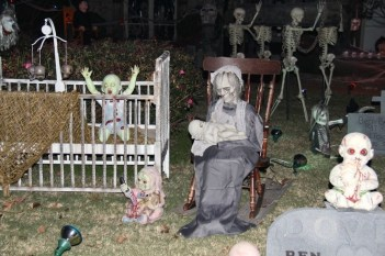 Superb Front Yard Halloween Decoration Ideas To Try Asap 37