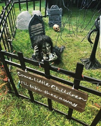 Superb Front Yard Halloween Decoration Ideas To Try Asap 45