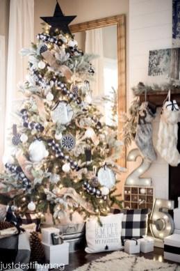 Wonderful Black Christmas Decorations Ideas That Amaze You 27