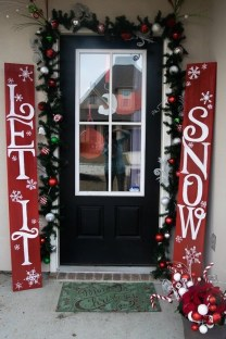 Comfy Christmas Front Porch Decor Ideas To Looks More Elegant 37