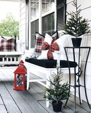 Magnificient Christmas Front Porch Decor Ideas To Try Asap 09