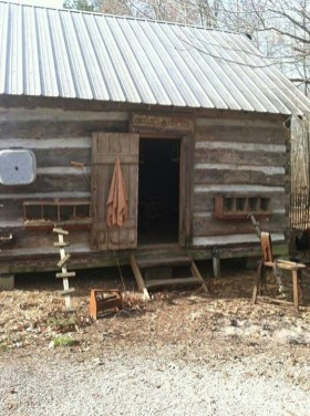 Affordable Small Log Cabin Ideas With Awesome Decoration 06