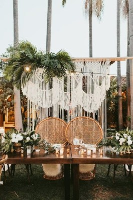 Brilliant Tropical Winter Decor Ideas That Bring Your Home Into Holiday Feel 27