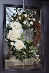 Amazing Winter Wreath Décor Ideas That Suitable For Door 04