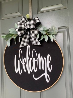 Amazing Winter Wreath Décor Ideas That Suitable For Door 15