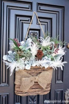 Amazing Winter Wreath Décor Ideas That Suitable For Door 26