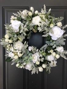 Amazing Winter Wreath Décor Ideas That Suitable For Door 29