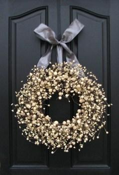 Amazing Winter Wreath Décor Ideas That Suitable For Door 33