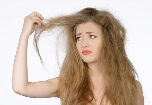 フリー 写真髪の毛の痛みが気になる外国人女性