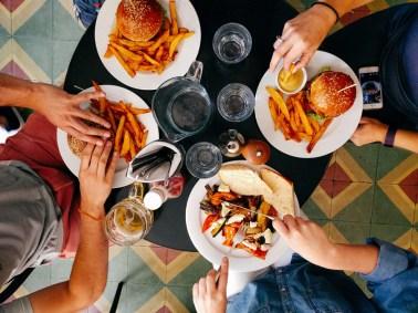 フリー写真 食事中の円卓