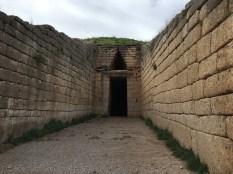 Hrobka - zdivo, a hlavně vstupní překlad je olbřímí