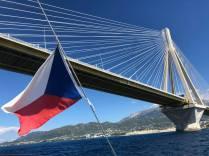 Podplouváme patrasský most