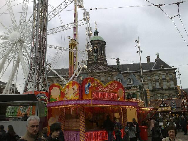 Amsterdam Rathaus mit Kirmes