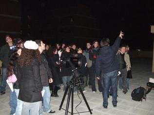 Lezione pratica con il telescopio sulla terrazza del liceo