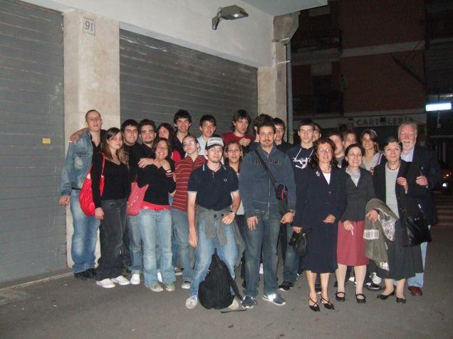 Foto di gruppo in una tipica pizza di fine anno