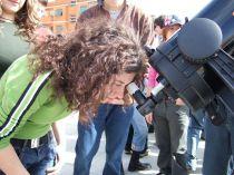 Una studentessa mentre osserva il sole tramite il telescopio (protetto con il fitro solare)