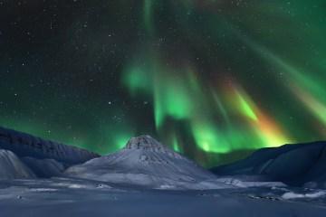 Aurora boreale visibile da Longyearbyen (isole Svalbard).