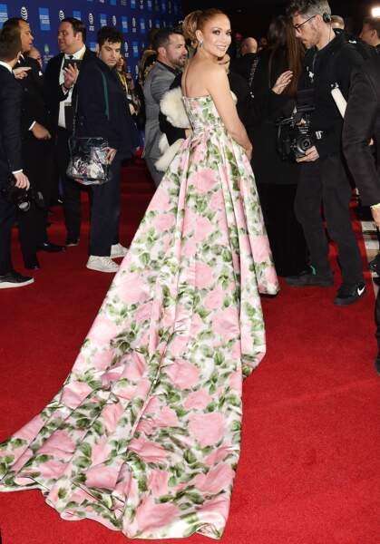 """Jennifer Lopez en robe longue Richard Quinn lors de la 31ème édition du """"Palm Springs Film Festival Film Awards"""" au Palm Springs Convention Center à Los Angeles, le 2 janvier 2020."""