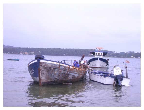 Problemiñas coa bomba, detras Luis co seu barco a espera.