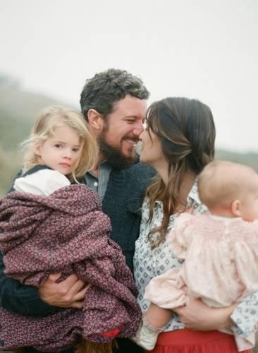 Мама, папа и две дочки на руках - Дети - Красивые картинки ...
