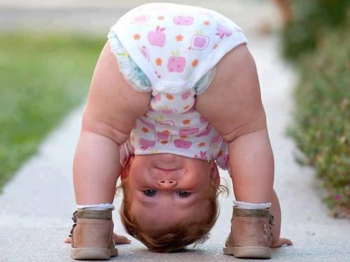 Ребенок смотрит вниз головой - Дети - Красивые картинки ...