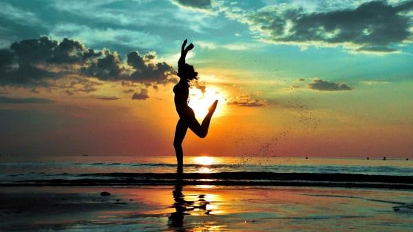 Силуэт девушки, закат солнца, море - Красивые - Обои на ...