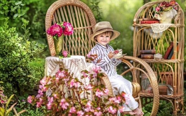 Мальчик в кресле пьет чай - Дети - Обои на рабочий стол ...