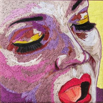 40.- Laura Ortíz, Sin título I (Rostro), hilo de bordar y cera sobre madera, 15 x 15 cm