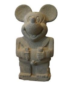 2.- Nadin Ospina, Sin título, escultura en piedra, 32 x 16 x 11 cm
