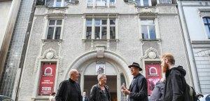Vor der Galerie an der Ruhr v.l. Prof.Heiner Treinen, Cornelia Wissel, Ivo Franz und Marvin Hoffmann
