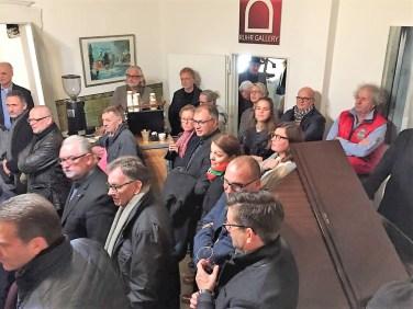 """Besucher bei der Eröffnung der Lions-Activity """"KUNSTSACK"""" in der Mülheimer RUHR GALLERY in der Ruhrstraße 3"""