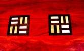 motif Baoulé 2 barettes en wengué et fraké sur fond bois padouk (détail table Amad)