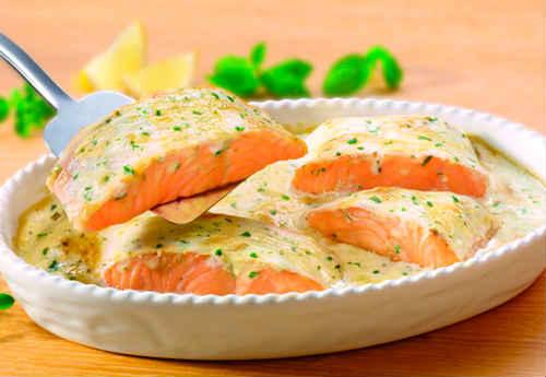 سمك السلمون في مقلاة في صلصة الكريم