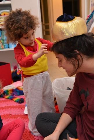 מכנסי יווניה, חולצת מסיבת מילניום וכובע מאוזבקיסטן
