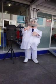 The Farmacia Similar has a friendly dancing mascot.