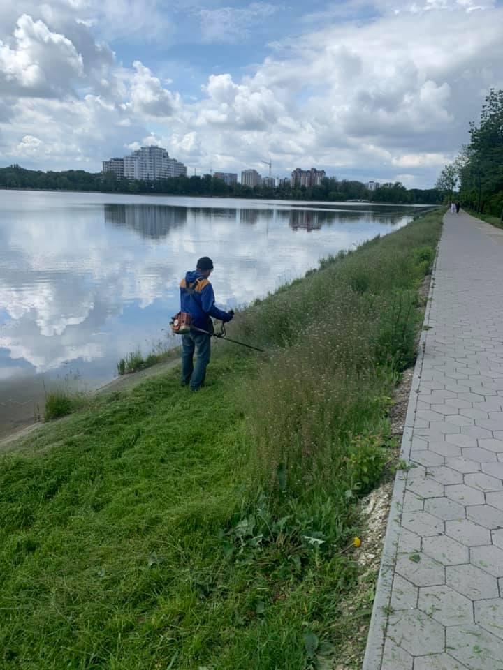 Франківські комунальники наводять лад на міському озері (ФОТО)