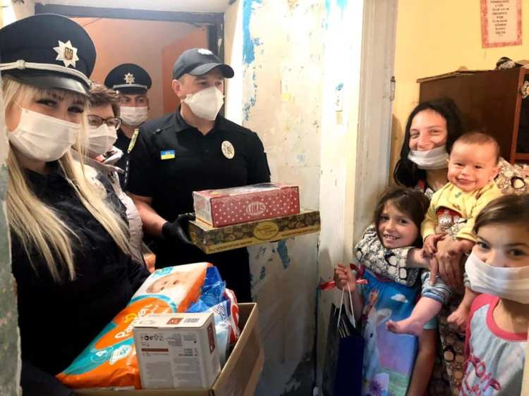 Поліціянти привезли подарунки та смаколики багатодітним родинам Франківська (ФОТО)
