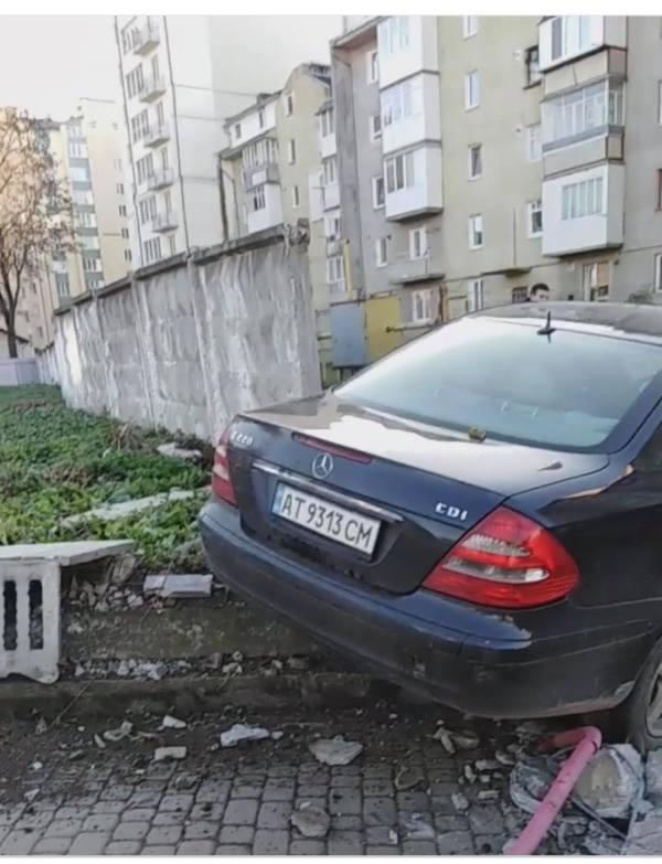 """У Франківську """"Мерседес"""" протаранив бетонний паркан та ..."""