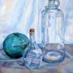 glasflasker og grøn glaskugle