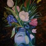 tulipaner, iris m.m. i blå vase