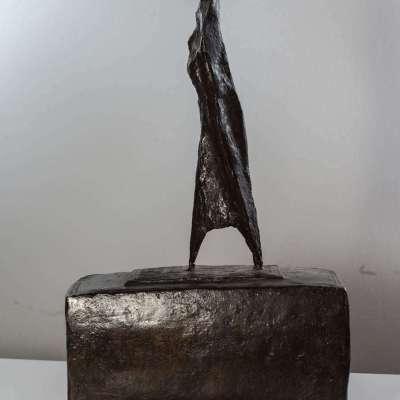 Mario Negri, Donna in cammino vista da lontano,1956, bronzo, cm 18x9x31h