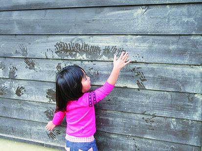 とばっ子2歳+(2)板壁に手形美術館2019ちらしウラ