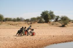 Help through the deep sand in Niger