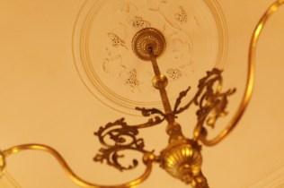 お馴染み・洋館の葡萄のレリーフを白井先生が撮影すると… 葡萄の弦とシャンデリアの曲線が美しく響き合っています。