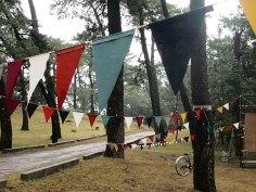 中村さん。リズムよく連なる旗とその先にある自転車がアクセントになり、奥行のある構図に。雨のしっとり感もよく表れています。